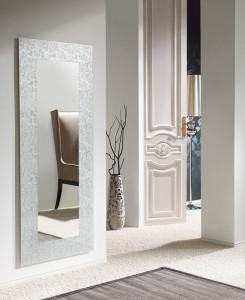 Espejo alargado con marco blanco rugoso