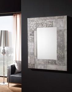 Espejo con marco ancho gris con motivos