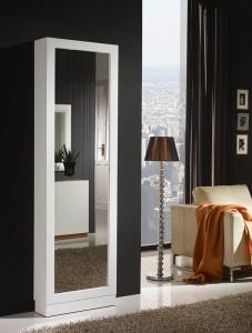 Espejo de suelo alargado con marco blanco