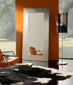 Espejo alargado de pie con marco gris