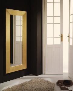 Espejo alargado con marco dorado