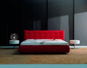 Cama roja en dormitorio moderno de Zaragoza