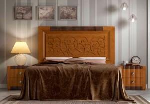 Dormitorio clásico en Zaragoza flores en el cabecero