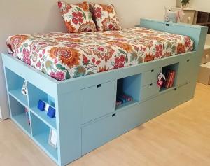 Cama azul en dormitorio juvenil