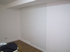 Puertas blancas a medida para mueble empotrado