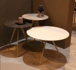 Tres mesas redondas de diferentes alturas