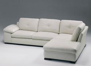 Sofá blanco amplio de tres plazas