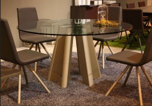 Mesa circular de cristal con patas de madera