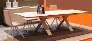 Mesa de salón blanca desplegable con patas cruzadas