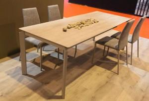 Mesa de madera para salón clara