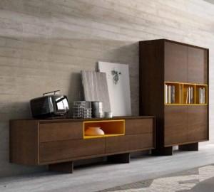 Mueble para salón moderno en madera y detalles naranjas.