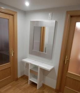 Mueble auxiliar blanco y espejo plateado
